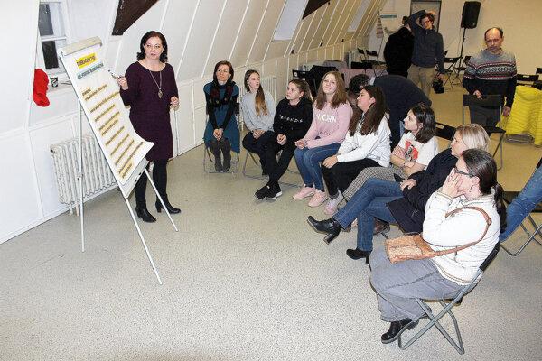 Púchovská koordinátorka Alena Strýčková projektu zapisovala nápady diskutujúcich.