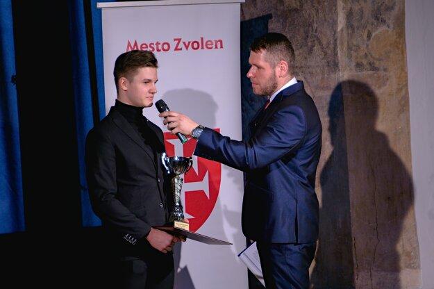 Karatista Pavol Szolár s moderátorom Martinom Matuškom počas vyhlasovania ankety o najúspešnejších športovcov mesta Zvolen za rok 2018.
