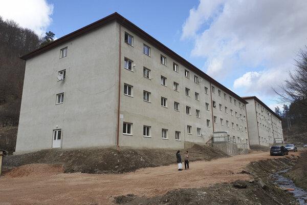 Dve nové bytovky v lokalite Dedičná na okraji Dobšinej.