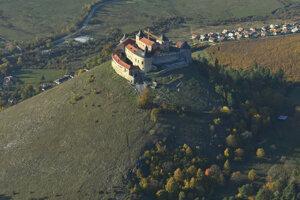 V blízkosti navrhovanej elektrárne je aj hrad Krásna Hôrka.