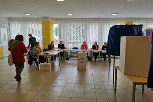 Volebný okrsok č. 3 - voliči chodili voliť priebežne.