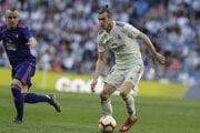 Stanislav Lobotka (vľavo) a Gareth Bale.