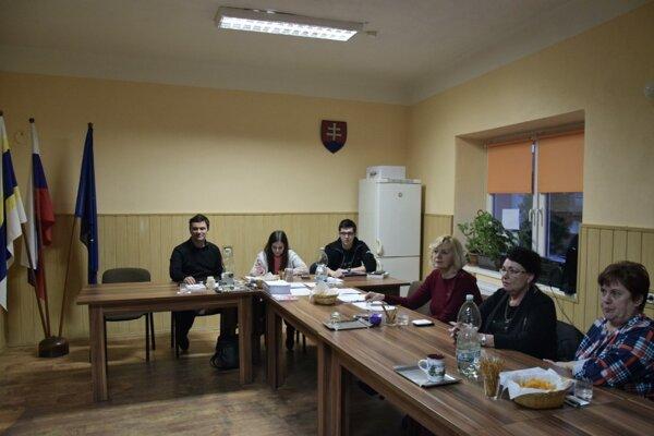 Volebná komisia v Mikušovciach v očakávaní ďalších voličov.