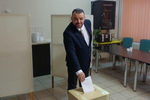 Eduard Chmelár volil v Galante.