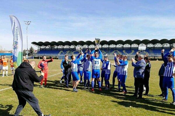 Futbalisti Pavloviec nad Uhom vyhrali premiérový ročník Krajskej futbalovej ligy.