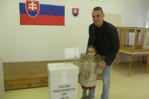 Z prvého kola prezidentských volieb 2019 v Nových Zámkoch.