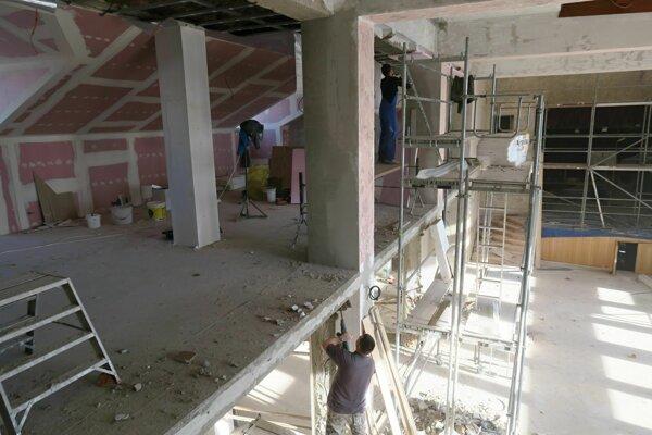 Vľavo balkón prístavby, vpravo pôvodná sála.