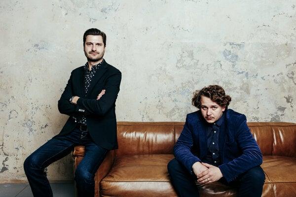 Režisér filmu Dobrá smrť Tomáš Krupa (vľavo) a kameraman Ondřej Szollos.