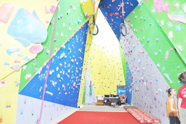 Aj Námestovčania by chceli mať v meste umelú lezeckú stenu.