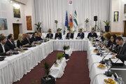 Vláda v stredu rokovala v Lipanoch.