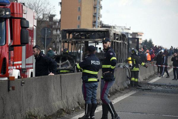 Skelet zhoreného autobusu, ktorý zámerne podpálil vodič.
