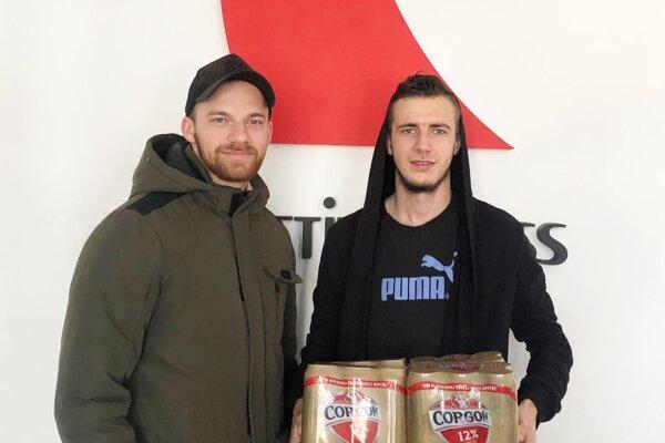 V 1. kole vyhral kartón piva Corgoň 12 Kristián Frajka (vpravo). Prišiel aj s Máriom Bucheňom, obaja sú futbaloví rozhodcovia.