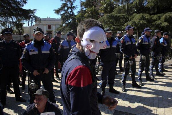 Maskovaný protivládny demonštrant v Tirane.
