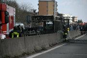 Skelet zhoreného autobusu, ktorý na predmestí Milána uniesol vodič a potom ho podpálil.