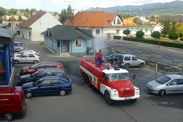 Dobrovoľní hasiči v Nitrianskom Rudne neváhali a vyšli s technikou do ulíc.