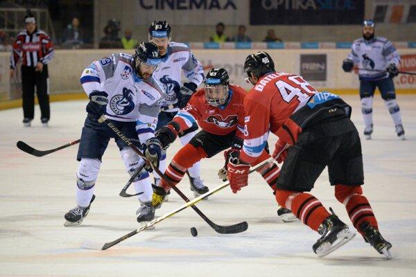 Herná situácia počas druhého semifinálového zápasu play-off hokejovej Tipsport extraligy 2018/2019 medzi HC '05 iClinic Banská Bystrica a HK Poprad. Banská Bystrica