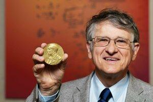 Profesorovi Klausovi von Klitzingovi udelili v roku 1985 Nobelovu cenu za objav kvantového Hallovho javu, ktorý pomohol aj pri určení novej definície kilogramu.