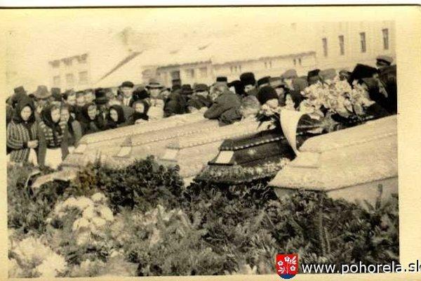Pohreb obetí sa konal štyri dni po páde lavíny na námestí v Brezne.