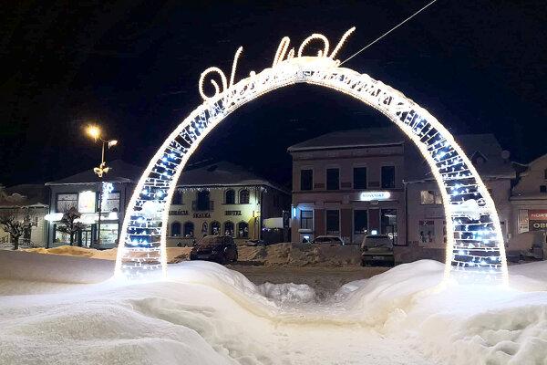 Nová vianočná výzdoba námestia mala úspech.