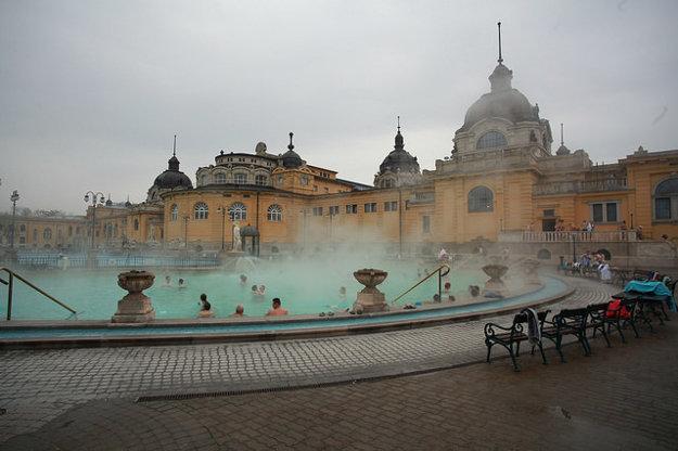 V Széchenyiho kúpeľoch v budapeštianskom Mestskom parku  sa dá kúpať bez ohľadu na počasie.
