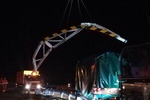Poľský kamionista si nevšimol značku zákaz vjazdu a zdemoloval bezpečnostné orezávatko.