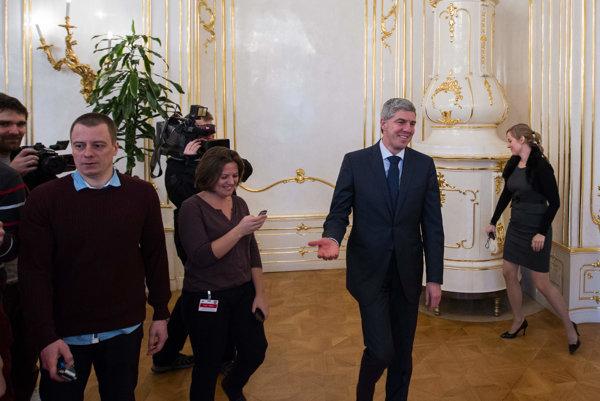 Béla Bugár prichádza na stretnutie s prezidentom.