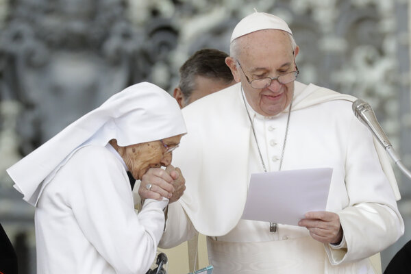 Pápež podľa svojho hovorcu nemá nič proti bozkávaniu prsteňa pri menších audienciách. V prípade, keď sa zdraví so stovkami ľudí, je to však už problém z hygienického hľadiska.