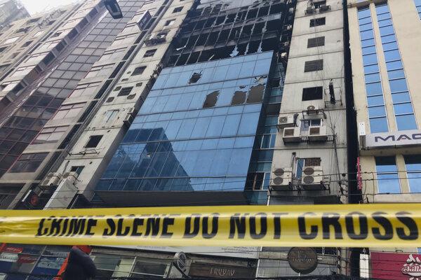 V budove ostali počas požiaru uväznené desiatky ľudí.