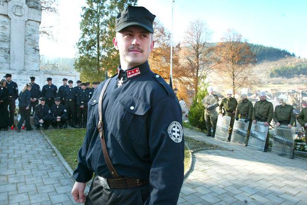 Nový poslanec parlamentu Marián Kotleba v minulosti v uniforme Slvoenskej pospolitosti, ktorú neskôr zakázal súd.