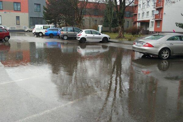 Priestor na parkovanie je zvyčajne zaplnený desiatkami áut, po dažďoch na ňom parkuje iba zopár.
