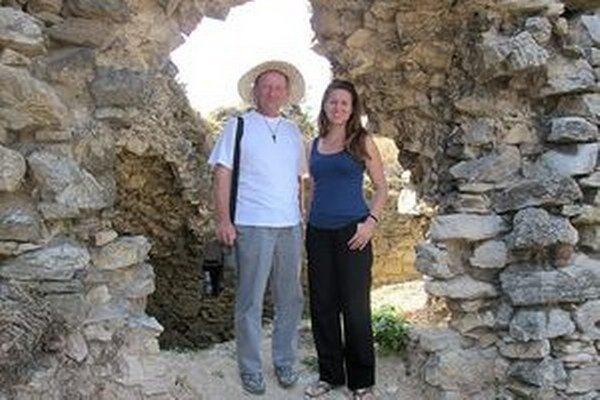 Archeologička Eva Fottová s  riaditeľom osvetového strediska Františkom Radingerom.