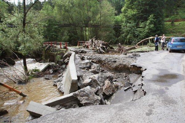 Strhlo mosty, mostíky aj cesty.