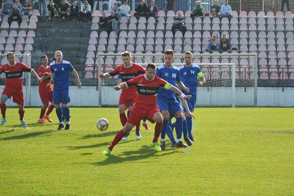 Víťazný gól Púchova proti Pov. Bystrici dal Brezničan (v červenom s loptou)