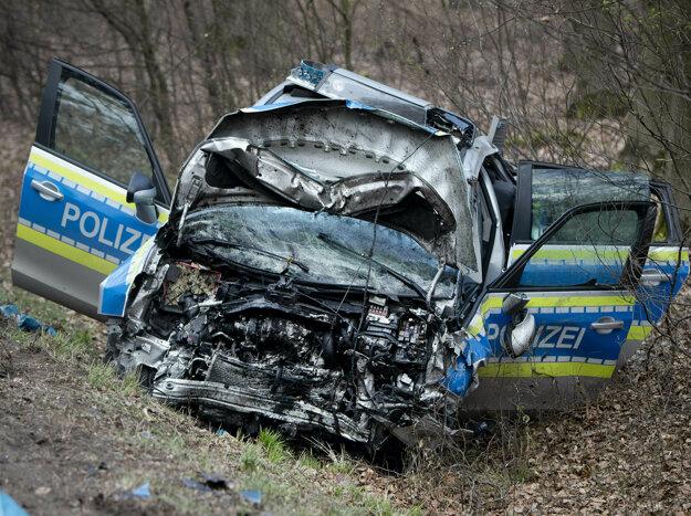 Policajné auto smerujúce na miesto leteckej havárie sa zrazilo s iným autom, v ktorom zomreli dvaja ľudia.