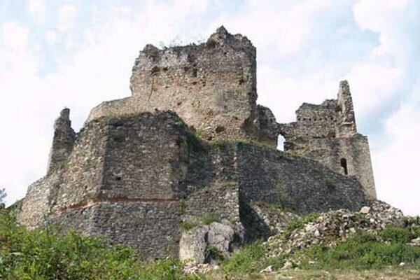Ak sa vyberiete na Divínsky hrad, pozorne sa pozerajte pod nohy, aby ste nespadli do priepasti.