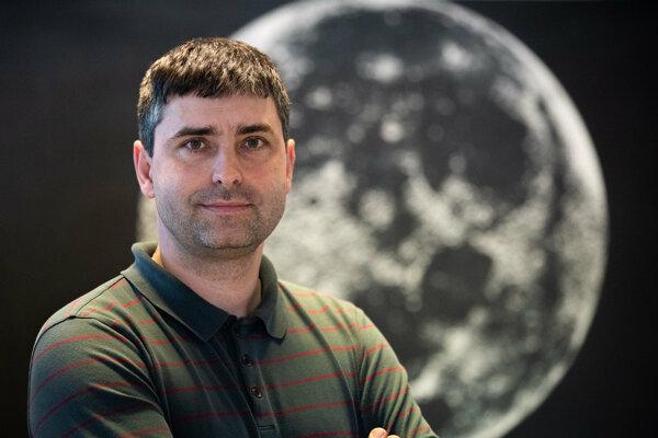 Astronóm a prodekan pre vedu výskum a zahraničné vzťahy Juraj Tóth z Katedry astronómie, fyziky Zeme a meteorológie na Fakulte matematiky, fyziky a informatiky Univerzity Komenského v Bratislave.