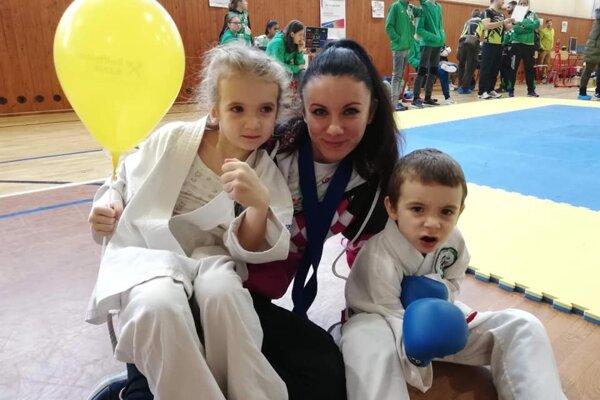 Júlia Hamajdáková s deťmi.