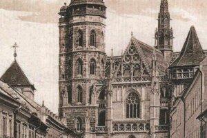 Pohľad na Dóm sv. Alžbety s hodinami vo veži.