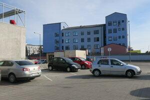 Parkovisko vedľa nemocnice býva väčšinou poloprázdne.