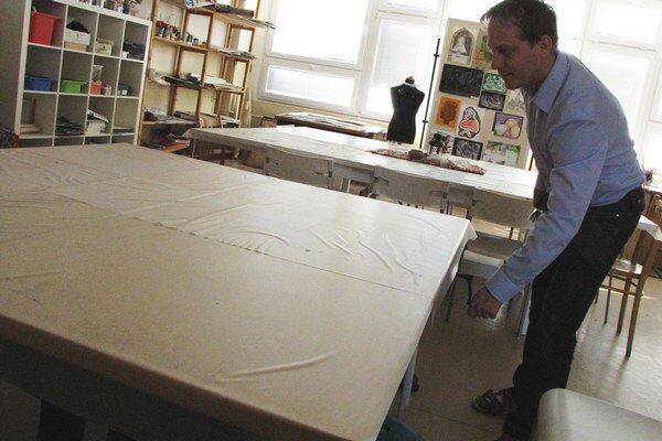 Nastaviteľné stoly riaditeľa školy Mareka Mišiaka potešili.