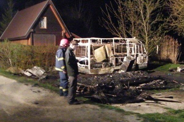 Oheň zničil unimobunku a obytný príves. Požiar si vyžiadal aj dva ľudské životy.