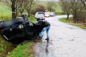 Auto, v ktorom sa viezli dvaja bratia. Starší nehodu neprežil.