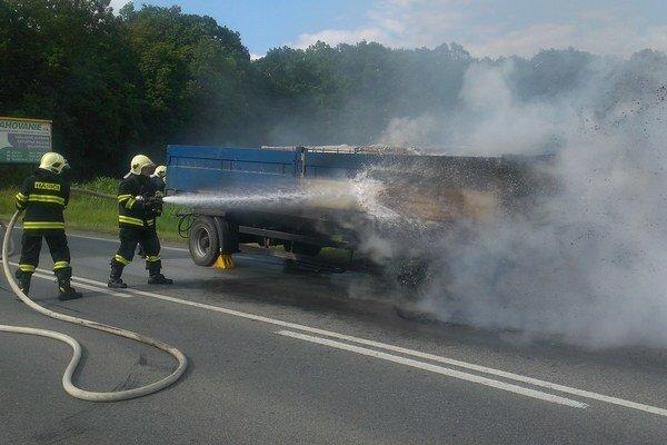 Oheň uhasili hasiči.