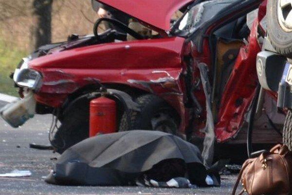 Pri nehode zahynuli dvaja ľudia.