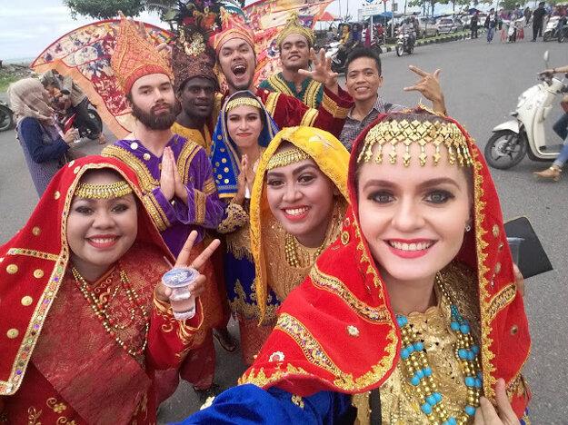 V tradičnom oblečení na Sumatre