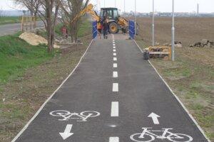 Dĺžka šalianskej cyklotrasy je 3,5 kilometra, končí pri areáli  spoločnosti Duslo.