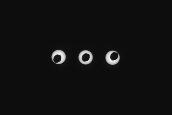Zatmenie Slnka mesiacom Phobos pri pohľade z Marsu v roku 2013.