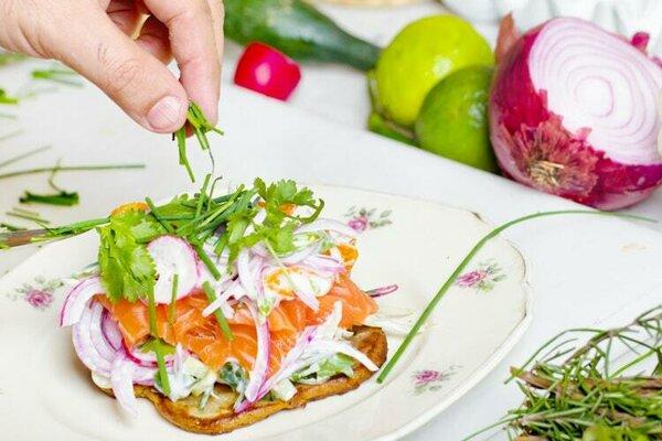 Zdá sa, že namiesto prísnych zákazov by mohlo stačiť pridať si viac zdravých potravín.