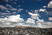 Nelegálna skládka odpadov za obcou Zlaté Klasy v roku 2013.