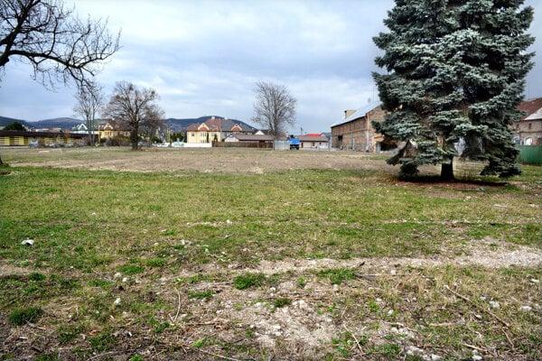 Budovy v areáli bývalých Odevných závodov zrovnali so zemou už takmer pred dekádou.